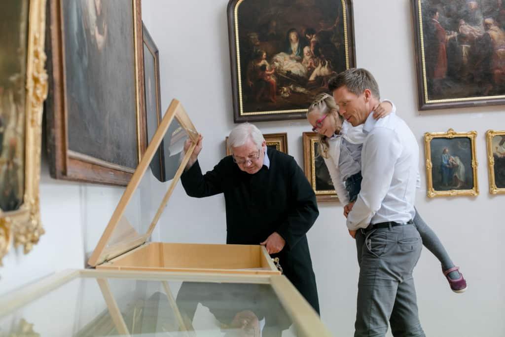 Pater Martin führt durch die Kunstgalerie