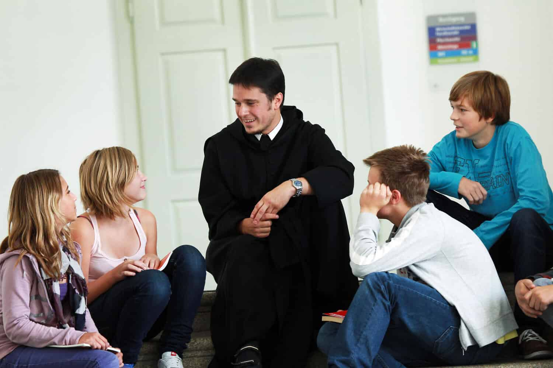 Pater Florian mit Schülerinnen und Schülern des Stiftsgymnasium Seitenstetten