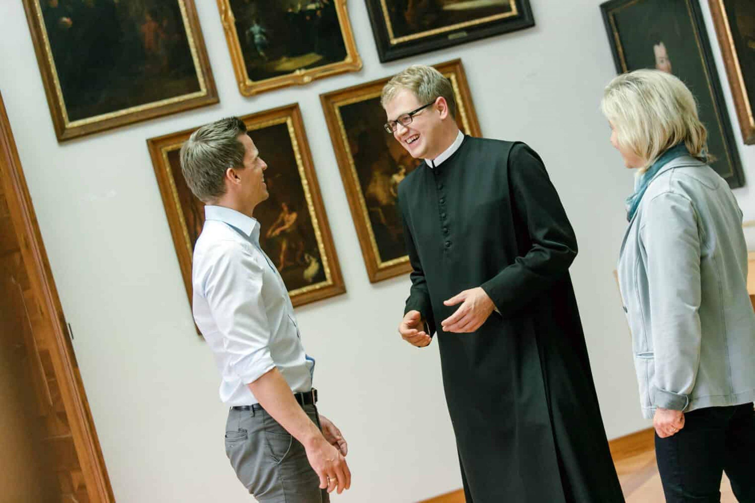 Pater Benedikt Resch in der Kunstgalerie im Stift Seitenstetten